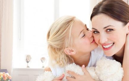 Ihr Kinderzahnarzt Frankfurt. Auf dem Photo sind eine junge Frau mit Ihrem Kind zu sehen.