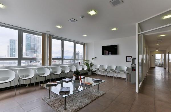 Das Wartezimmer unsere Zahnarztpraxis im 5. OG. Das Zimmer ist schön hell. Für die Wartezeit bieten wir Plasmabildschirme.