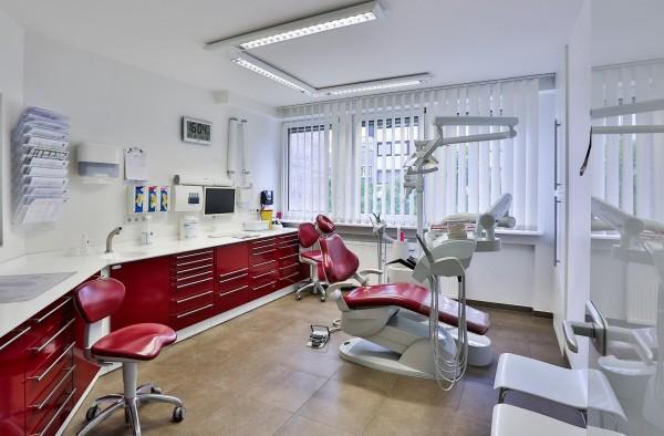 Auf dem Bild ist eines unserer Behandlungszimmer unserer Offenbacher Zahnarztpraxis zu sehen. Das Zimmer ist stimmig in drei Farben gehalten..